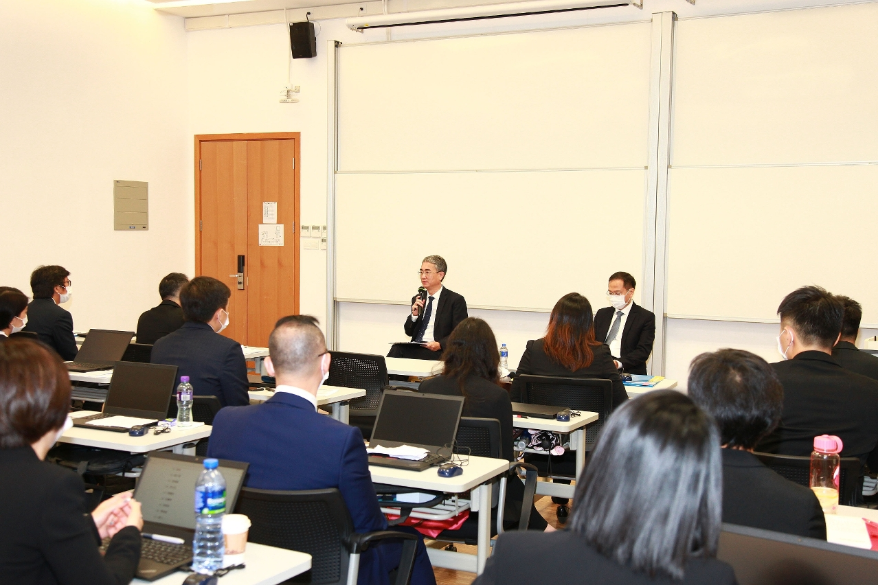 Secretary for Administration and Justice Cheong Weng Chon discusses administrative reforms and e-government with 30 students